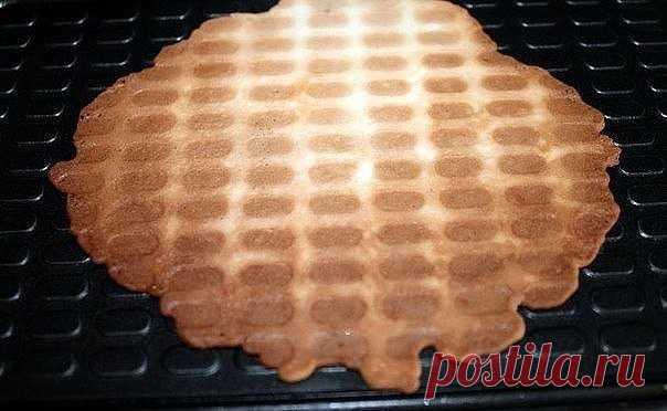 Вафли. Предлагаю попробовать простой в приготовлении рецепт вафель. Идеально подходит для завтрака в выходные или просто когда возникает желание испечь что-нибудь быстрое и вкусное к чаю. Вам потребуется:  Масло сливочное 200 гр. Мука пшеничная 200 гр. Сахар 200 гр. Яйцо куриное 5 шт. Крахмал картофельный 3 ст. л. Как готовить: Этап 1. Нам понадобится минимальное количество ингредиентов. Перед началом приготовления теста рекомендую включить на разогрев вафельницу, без нее,...