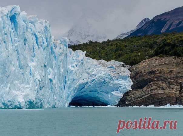 Самая известная достопримечательность парка Лос-Гласьярес в Аргентине обрушилась в озеро, оставив не у дел сотни туристов.