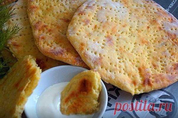 Финские картофельные лепёшки.  Для приготовления понадобится: картофель- 5-6 шт яйцо- 1 шт мука- 100 гр растительное масло- 1 стол ложка соль- 0,5 чайной ложки чёрный перец- по вкусу Картофель очистить и отварить до готовности,размять в пюре без комков,добавить соль,перец,яйцо и муку,замесить мягкое тесто. Стол присыпать мукой, тонко раскатать тесто ,вырезать с помощью тарелки лепёшки,наколоть их вилкой. Выложить лепёшки на противень застеленной пергаментной бумаг...
