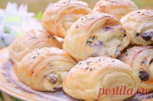 Слоёные булочки с творожной начинкой и изюмом Ингредиенты:Тесто слоеное бездрожжевое — 400 гТворог — 400 гСахар — 3-4 ст. л.Ванилин — ⅓ ч. л.Яйцо — 1 шт.Сметана — 1-2 ст. л.Изюм без косточек — по вкусуЯйцо (для смазки) — 1 шт.Сахарная...