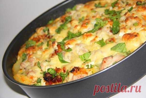 Картофельная запеканка с курицей и сыром по-французски. =Картошка — 600 г Куриное филе — 500 г Твердый сыр — 300 г Лук — 150 г Чеснок — 3-4 зубчика Сметана — 300 мл Майонез — 2 ст. л. Соль, перец, специи — по вкусу