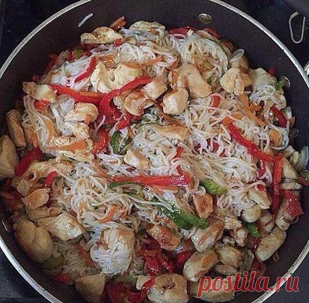 Рисовая лапша с куриной грудкой и овощами     На 100 грамм - 154 ккал  Белки - 11.8  Жиры - 4.4  Углеводы - 16.8   Ингредиенты:  Показать полностью…