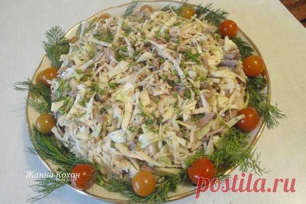 Печёночный салат с капустой — вкусно и необычно    Люблю такой салатик за простоту приготовления и обалденный вкус!           Ингредиенты: говяжья или куриная печень — 300 гварёные яйца — 2 штукиукроп — 1 пучокзеленый лук — 1 пучоколивковое масло …