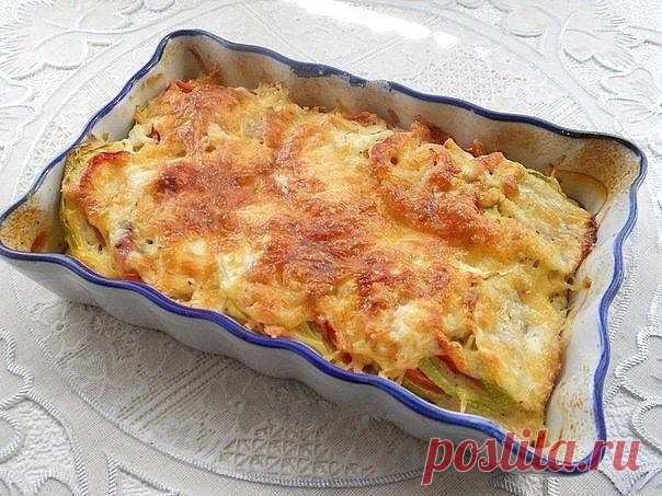Кабачки, запеченные с помидорами и сыром.  Кабачки, запеченные с помидорами и сыром, - очень лёгкое, полезное блюдо. Из сочных, спелых овощей оно получается изумительно вкусным. Расход продуктов дан для небольшой порции. Попробуйте обязательно!  Для приготовления кабачков, запеченных с помидорами и сыром, понадобится: помидоры - 1-2 шт.; кабачок - 200-250 г; перец болгарский сладкий - 1 шт.; сметана - 20 г; молоко - 2,5 ст. л.; яйцо - 1 шт.; сыр твердый - 25-30 г; специи, ...