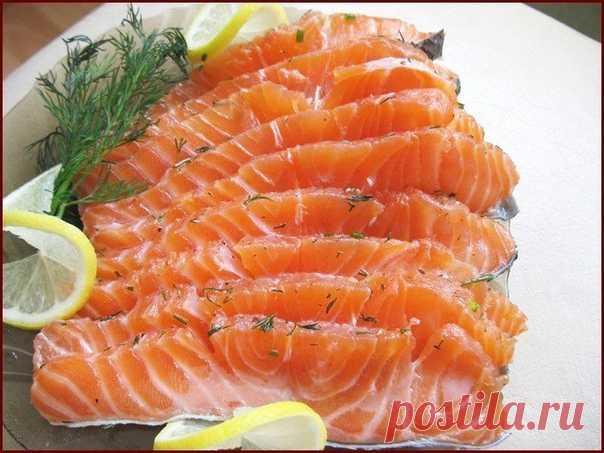 4 Маринада для рыбы   Сохраните себе обязательно!   1.) Соленая рыбка за 2 часа  Рыбу, приготовленную таким способом, можно кушать уже через 2 часа. Но еще вкусней она получится, если постоит немного в холодильнике и пропитается маслом. Но и сразу она очень хороша. В этот раз я солила сразу и селедку, и скумбрию вместе. Вы берите рыбку на свой вкус.  Потребуется:  2 рыбки лук по вкусу (его можно побольше, очень вкусный) вода комнатной температуры 400 мл соль 2 столовых лож...