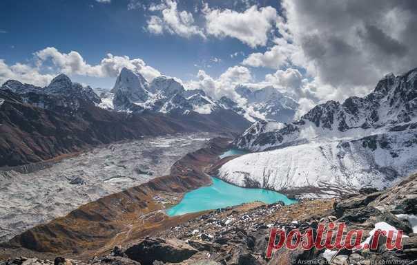 Вид на озеро Гокио с вершины Гокио Ри. Высота 5400 м. Гималаи, Непал. Фотограф – Арсений Герасименко: nat-geo.ru/community/user/49941/