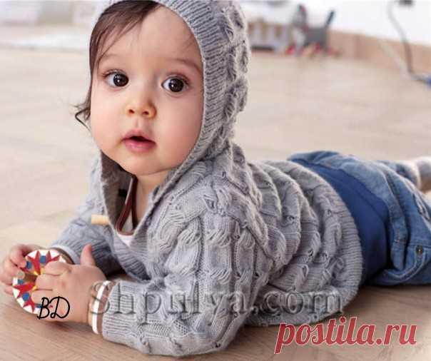 Жакет, штанишки и пинетки для малыша спицами  Размеры: 68/86 Вам потребуется: 2/4 мотка серой (01090) пряжи Schachenmayr Baby Smiles Suavel (100% акрила, 366 м/50 г), спицы № 2,5, 3/4 пуговицы.   Узоры для вязания детского жакета спицами  Резинка: попеременно 1 лиц., 1 изн.  Основной узор: вязать по схеме. Начинать с п. перед раппортом, повторять 12 п. раппорта, заканчивать 2 п. после раппорта. Повторять с 1-го по 12-й р.  Плотность вязания, основной узор: 37 п. и 40 р. = ...