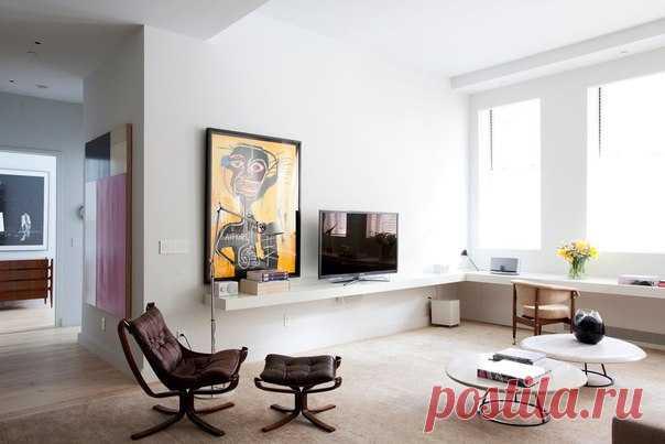 Уютная квартира в Нью-Йорке Архитекторы Studio Arthur Casas оформили интерьер апартаментов GZ в Нью-Йорке, США. Светлая резиденция отличается хорошей планировкой, при которой гостиная является самой светлой комнатой в доме благодаря трём большим окнам. Она совмещена со столовой и кухней, а спальня и ванная выделены в отдельные помещения. Интерьер апартаментов выдержан в светлой гамме с точечными тёмными акцентами в виде предметов мебели и декора.