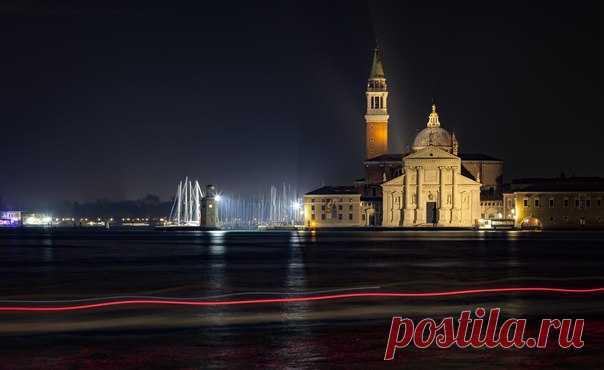 «Тонкая красная линия». Венеция, Италия. Автор фото – АБ: nat-geo.ru/photo/user/296085/