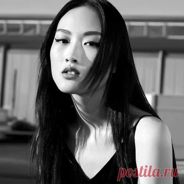 Узнайте больше о жизни топ-моделей из первых уст! Новое интервью с великолепной #JingWeng уже доступно в #HMMagazine. #HM