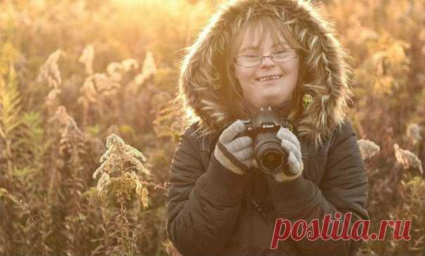 Профессиональный фотограф и его дочь с синдромом Дауна устроили соревнование – кто сделает лучший снимок с одного и того же ракурса. При этом у девушки нет профессионального образования