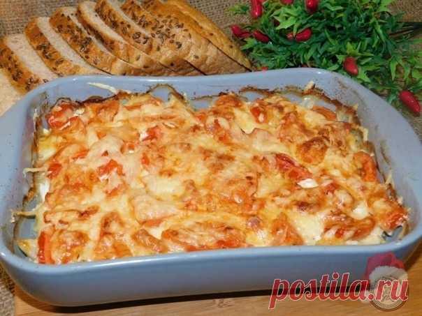 Курино-картофельная запеканка   Продукты:  Куриное филе — 300 г Картофель — 4–6 шт. Лук репчатый — 1 шт. Помидоры — 2 шт. Сметана — 100 г Сыр твердый — 100 г Соль — по вкусу Специи — по вкусу   Начинаем готовить:  1. Лук нарежьте и немного обжарьте. Выложите его в форму для запекания. 2. Куриное филе мелко нарежьте, обжарьте и выложите вторым слоем. Немного посолите. 3. Нарежьте соломкой картофель и смажьте все сметаной. 4. Нарежьте не крупно помидоры и сверху посыпьте все...