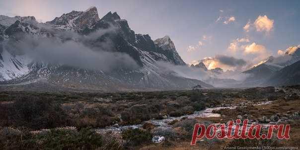 Вершины Табоче и Чолатзе в непальских Гималаях. Автор фото – Арсений Герасименко: nat-geo.ru/photo/user/49955/