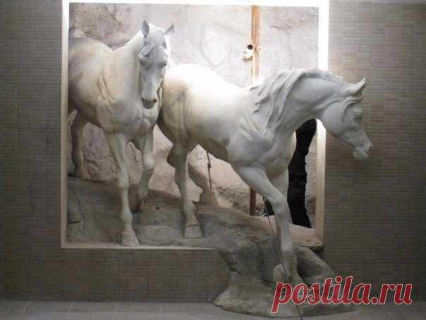 Безумно реалистичная скульптура лошадей