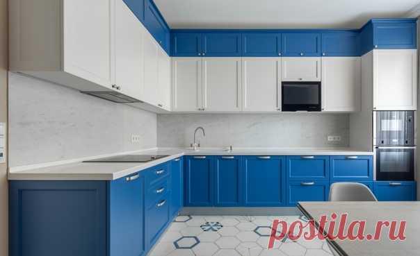 Угловая кухня среднего размера в современном стиле с накладной раковиной, фасадами с утопленной филенкой, синими фасадами, белым фартуком