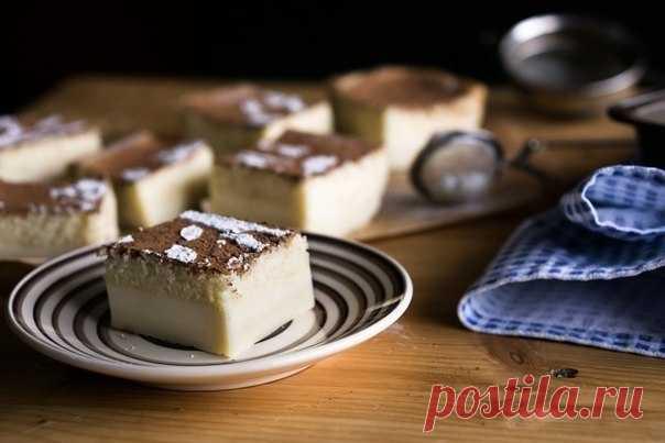 ВОЛШЕБНЫЙ ПИРОГ.  Этот простейший в приготовлении пирог не зря назвали волшебным: из простых ингредиентов, которые всегда есть на кухне практически у любой хозяйки, путем элементарных манипуляций получается трехслойный пирог, который САМ делится на слои в процессе выпечки! Действительно, ничего отдельно выпекать не нужно, тесто заливается в одну форму и после выпечки получаем пирог с плотной основой, серединкой из заварного крема и верхним бисквитным слоем!)  Вам потребует...