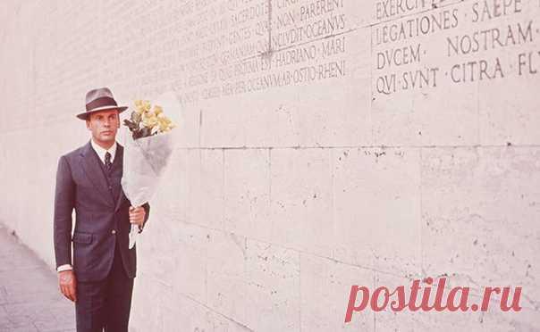 В честь дня рождения итальянского режиссера Бернардо Бертолуччи рекомендуем к просмотру его фильм, включенный в список знаковых в книге «Главное в истории кино» (mif.to/glnkino). «Конформист» Интеллектуальная психологическая драма мужчине, отчаянно пытающемся мимикрировать в сдающейся под напором фашизма Италии, заметно повлияла на кинематограф Нового Голливуда конца 1960‐х — начала 1970‐х. «Конформист» — экранизация одноименного романа с французским актером Жаном‐Луи Трентиньяном (в роли…