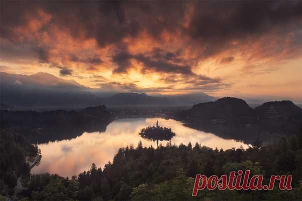 Рассвет на озере Блед (Словения). Снимал Дмитрий Купрацевич: nat-geo.ru/community/user/114912