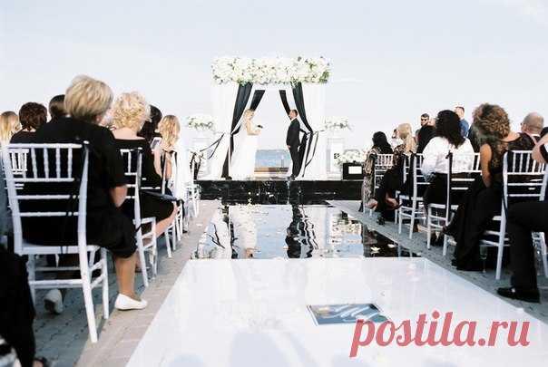 Концепцией свадьбы Антона и Анны стала презентация их собственного аромата, дополненная строгой черно-белой палитрой. Посмотреть продолжение истории: