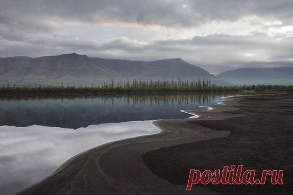 «Муксунка протекает по плато Путорана, соединяет озера Собачье и Глубокое. Это живописная река с ягелевыми светлыми полянами по берегам, на ней много расчесок и перекатов», – рассказывает автор снимка Елена Малафеева: nat-geo.ru/community/user/209129/