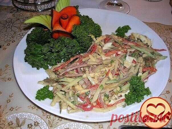 Салат Монте Кристо.  Салат, в котором есть все: овощи, фрукты, мясо и неповторимый вкус.   - 1 сладкий красный перец - 1 огурец - 200г ветчины или колбасы - 100г твердого сыра - 2 яйца сваренных вкрутую - 100г маринованных или отварных грибов - 1 маленькая головка репчатого лука - 1 яблоко - 1 груша - 150г майонеза - соль и перец по вкусу  Овощи и фрукты, а также ветчину порезать мелкой соломкой. Яйца и грибы измельчить. Все составляющие смешать, посолить и заправить майонезом.