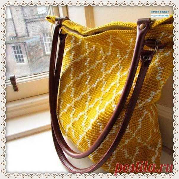 Марокканская сумка. Мастерим красоту к лету   Эта сумка связана крючком в технике тапестри - получилась прекрасная плотная ткань с красивым марокканским рисунком.  Сумка связана по спирали. Кожаные ручки и ткань подкладки завершат работу, чтобы создать идеальную летнюю сумку.  Размеры сумки 36 см х 30 см.  28 петель х 22 ряда = 10 см  Крючок 2,5 мм