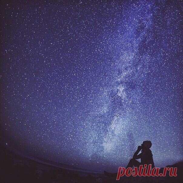 Девочка смотрит на звездное небо фото