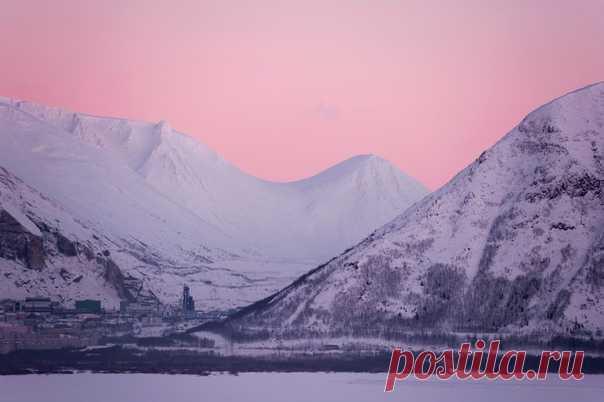 С добрым утром! А вот так выглядит поздний рассвет в Хибинах. «Первый раз побывав за Полярным кругом, было очень удивительно столкнуться с полярной ночью, пусть и не в самом её разгаре - рассвет в 12-13 дня, закат уже в 14-15 дня. Круглые сутки темно, за исключением пары часов, когда небо окрашено яркими рассветно-закатными красками». Кольский полуостров, Мурманская область, Кировск. Январь. Фотограф – Яна Краснопевцева, nat-geo.ru/community/user/173132