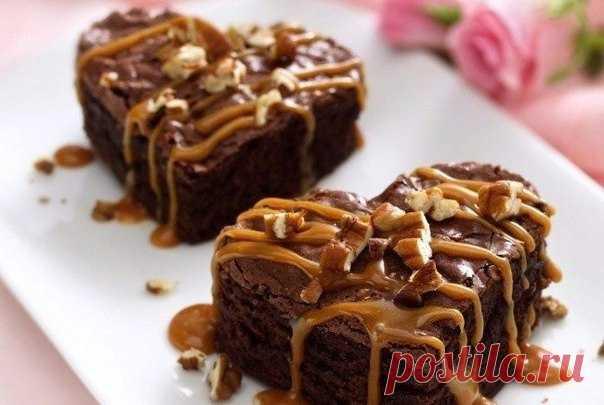 Это необычный, но простой в приготовлении десерт, который эффектно и аппетитно будет смотреться на любом праздничном столе.