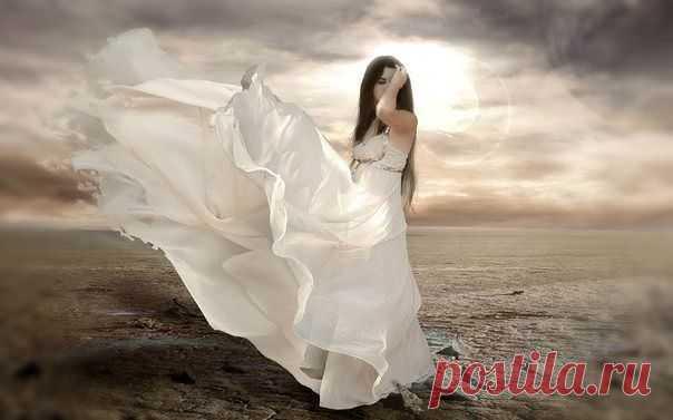 ветер полощит ее волосыгрязью песню