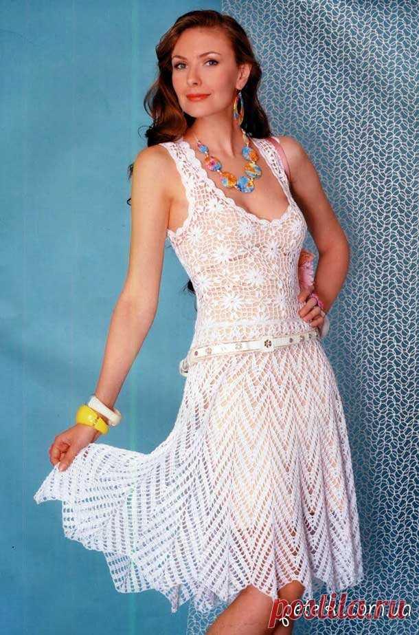 El vestido adornado blanco por el gancho. La descripción, el esquema