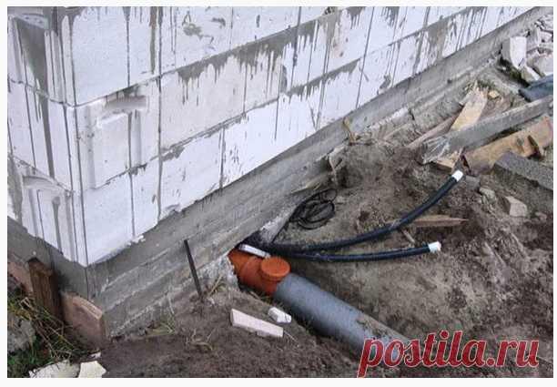 Какие ошибки допускаются при вводе водопровода в частный дом На фото, вынесенном на обложку этой статьи, сразу две очень досадные ошибки. К сожалению, они весьма распространены в частном домостроени..