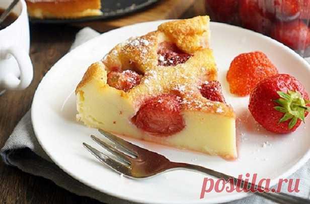 Выкладываю на дно формы клубнику, заливаю тестом и выпекаю! Самый быстрый пирог в мире… Сейчас клубника на пике популярности! Хотя, какая разница, ведь в десерт клафути можно положить абсолютно любые доступные ягоды и фрукты: вишни, черешни, сливы, абрикосы, персики, яблоки и не только…Ф…