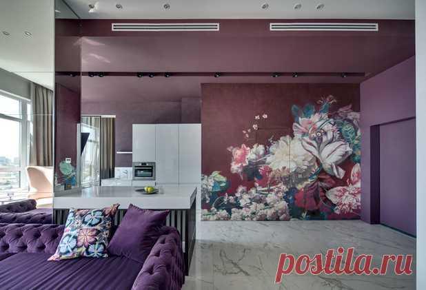 Яркие акценты в интерьере квартиры с авторской мебелью и цветочными мотивами