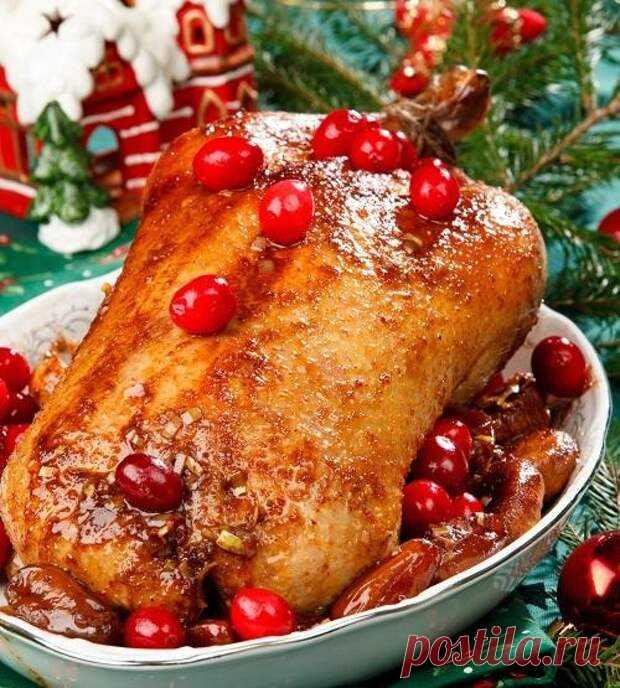 Блюда из птицы к Рождественскому столу - БУДЕТ ВКУСНО! - медиаплатформа МирТесен Любители мяса в новогоднюю ночь с радостью побалуют себя запеченной уткой, перепелкой, курочкой или индейкой. Рецептов с каждым видом птицы у нас достаточно, так что все найдут в этой подборке блюдо на свой вкус. Пусть праздник будет ароматным и особенно вкусным! 1. Утка с финиками и инжиром Утка