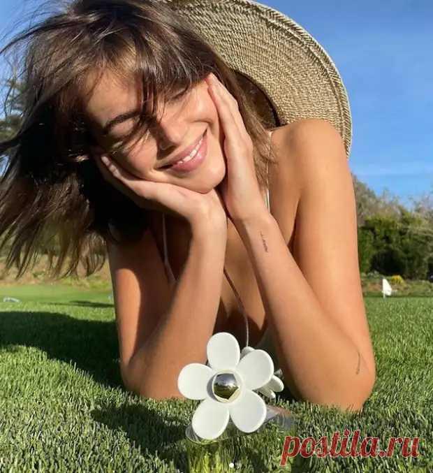 Кайя Гербер в белом платье снялась для новой рекламной кампании известного бренда