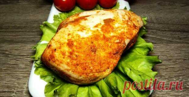 Благодаря этому рецепту, обычную куриную грудку, вы сможете использовать в качестве мясной нарезки на праздничный стол или сделаете с ней вкусный салат. Она не будет сухой, а останется сочной, будет ароматной и пикантной. Для приготовления вам потребуются такие ингредиенты: куриная грудка, 1 шт;