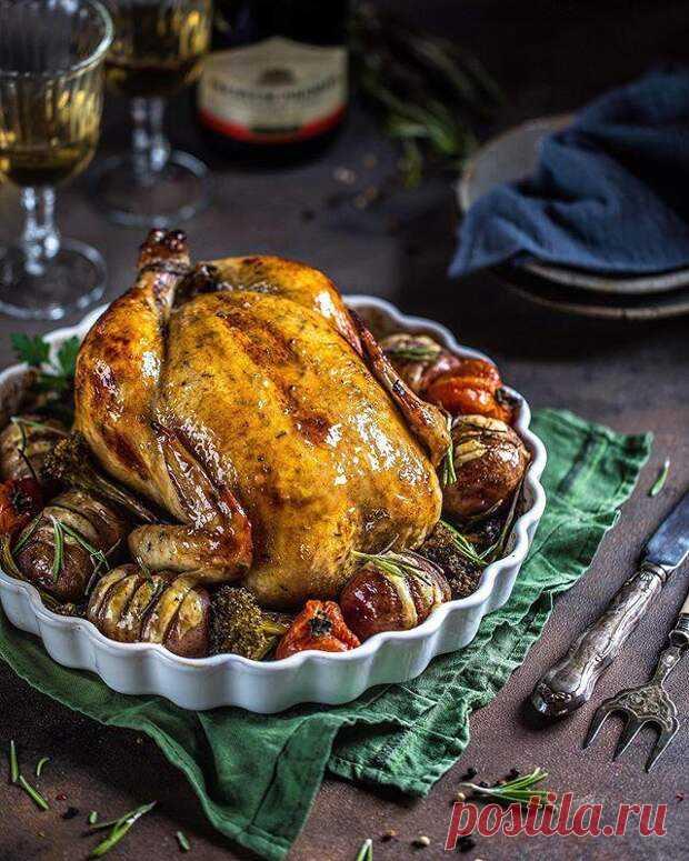 Вкусная с корочкой! Три рецепта запеченной курицы для семейного обеда - БУДЕТ ВКУСНО! - медиаплатформа МирТесен Курица — универсальный продукт, из которого можно приготовить много блюд. Предлагаем запечь ее целиком по одному из предложенных рецептов — сочный и вкусный обед вам гарантирован! КУРИЦА В МЕДОВО-ГОРЧИЧНОМ СОУСЕ Ингредиенты:тушка курицы около 2 кг2 ст.л. меда50 мл соевого соуса (классический)1,5