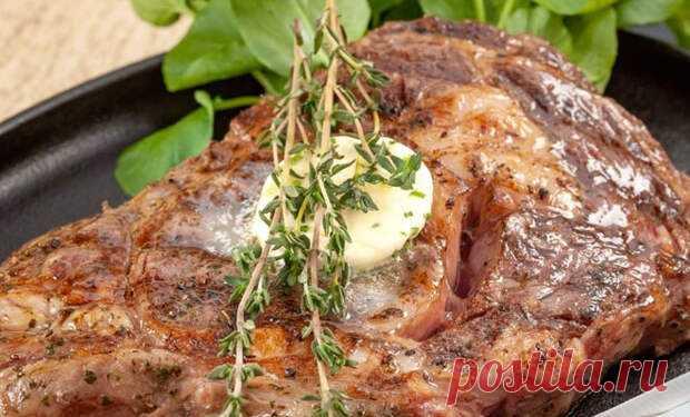 Когда кусок мяса или стейка только пожарен, не стоит торопиться и есть его сразу. Готовому мясу важно отдохнуть – за время отдыха волонка мяса становятся мягче, а текстура нежнее. В это время мясо наилучшим образом впитывает в себя дополнительные усилители сочности и вкуса. Самым простым их них