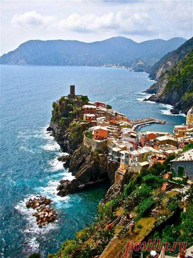 Крошечный городок на западе Итальянской Ривьеры уютно уместившийся на скалах вокруг маленькой тихой бухты. Популярный экскурсионный город. Вернацца, Италия