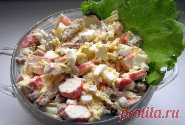 """Королевский"" croutons salad;\u000d\u000a\u000d\u000aGuests will be happy. And, above all - very quickly to do this salad. The recipe very much is useful as salad on birthday. And in the New Year's menu for New year 2016.\u000d\u000a\u000d\u000aProducts (for 4 portions)\u000d\u000a\u000d\u000aEggs - 4 pieces.\u000d\u000aCrabsticks - 240 g\u000d\u000aCheese firm - 300 g\u000d\u000aCroutons - 100 g\u000d\u000aGarlic - 2-3 cloves\u000d\u000aLemon (juice) - 0,5 pieces.\u000d\u000aMayonnaise - to taste"