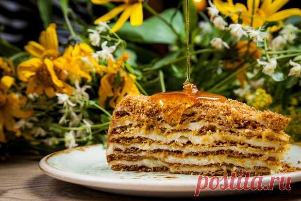 Медовик на заварном тесте с кремом из сгущенки рецепт – абхазская кухня: выпечка и десерты. «Еда»>>>Куриное яйцо3 штуки ==Сливочное масло300 г ==Сахар200 г ==Мед100 г ==Пшеничная мука600 г ==Сода1 чайная ложка ==Сгущенное молоко1 банка ==Ванилин