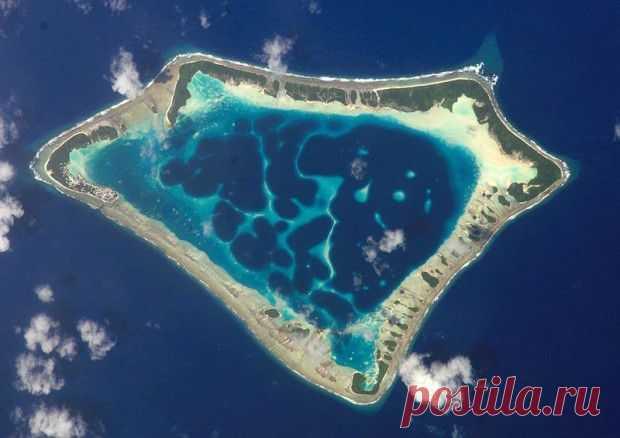 Токелау («северный ветер», второе название – острова Юнион), островное владение Новой Зеландии в центральной части Океании. Омывается водами Тихого океана. Включает 3 небольших атолла (Факаофо, Нукунону, Аиафу) в виде дуги, удаленной на 480 км к северу от архипелага Самоа.Общая площадь суши – 12,2 кв. км. Токелау относится к числу наименее населенных стран: на нем проживает менее 1,5 тыс. человек. Фауна атоллов ограничена крысами, ящерицами, насекомыми, морскими птицами и домашними животными.