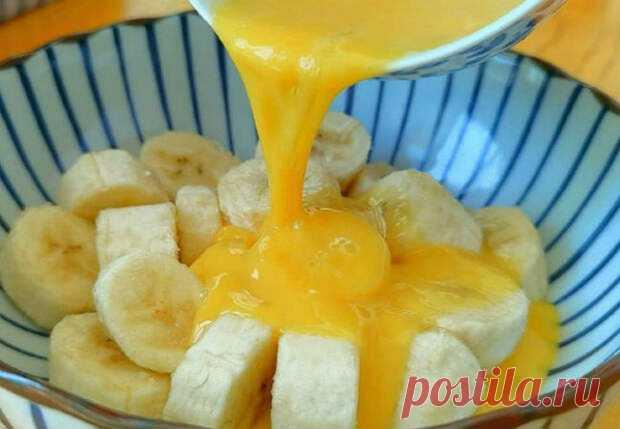 Нарезаем банан и заливаем яйцом: десерт вкуснее торта за полчаса - Steak Lovers - медиаплатформа МирТесен Банановый десерт приготовим примерно за полчаса и сделаем его гораздо вкуснее почти любого торта. Рецепт довольно прост: нарезаем банан, заливаем яйцом и доводим до готовности на водяной бане. Чистим и режем на крупные дольки два банана. Три яйца разбиваем в миску, размешиваем из с каплей