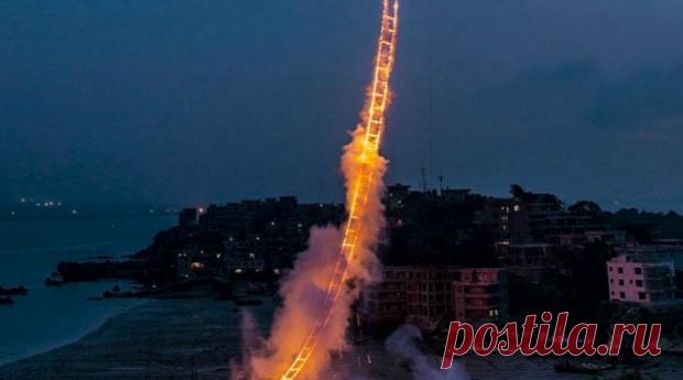 Лестница в небеса: китаец создал невероятное зрелище из фейерверков для умирающей бабушки