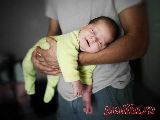 Das Baby aufnehmen und halten   kinder.de So halten Sie Ihr Baby richtig!