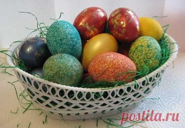 Красивая и необычная покраска яиц с помощью риса. Пару минут и готово!  Покраска яиц рисом за несколько минут! Красиво и необычно! Получатся невероятно красивые яички в крапинку. Поэкспериментировав можно получить целую палитру разнообразных оттенков.  Вам понадобится:  …