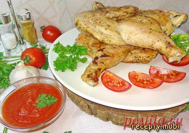 Цыпленок табака на сковороде под прессом  ✅Ингредиенты цыплёнок (бройлер) – 1200 г.  Для маринада: соль – 1 – 1 ½ ч. л. (или по вкусу); хмели сунели – 1 – 2 ч. л; чеснок сушённый – ½ ч. л; паприка – 1 ч. л. (с горкой); красный горький перец (чили) – ⅓ ч. л. (или по вкусу); базилик – 1 ч. л; растительное масло – 1-2 ст. л.  Для соуса томатного: кетчуп или томатный соус – 100 – 150 мл; чеснок – 2 - 3 зубчика; перец горький (или сухая аджика) – по вкусу; соль, сахар – по вкусу.