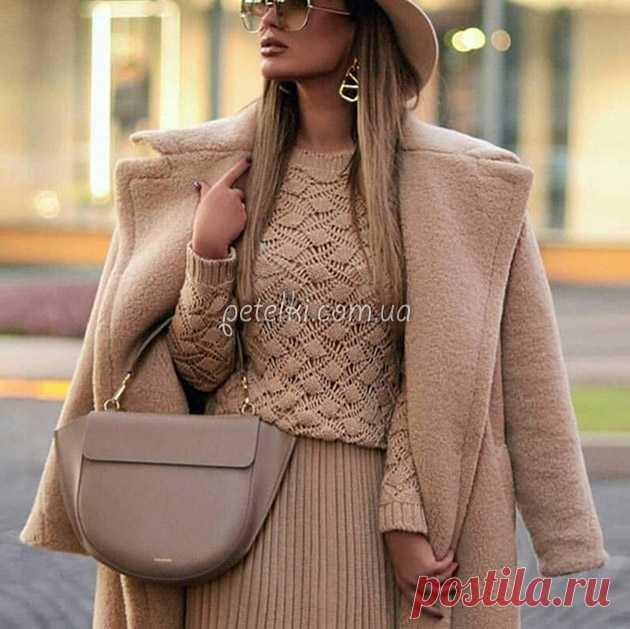 Стильный пуловер красивым узором спицами