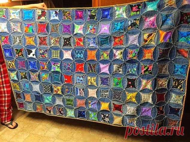 Вот одеяло, которое я сделала из старых джинсов моего мужа У мужа было очень много старых джинсов, поэтому я решила сшить из них одеяло. Это одеяло я сшила своими руками, оно состоит из различных видов джинсов, мое творение можно назвать лоскутным одеялом, по…